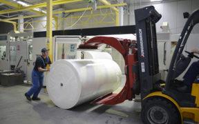 Afacerile cu producția de hârtie și cartoane din România generează venituri anuale de 413 milioane de euro),