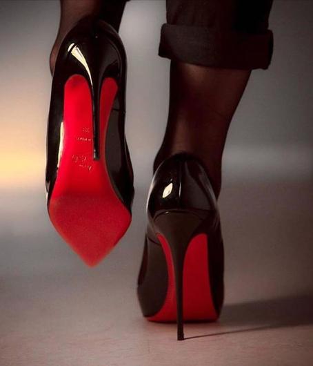 Emblematica talpă roșie a pantofilor marca Louboutin. Sursa foto: pagina de Instagram a companiei