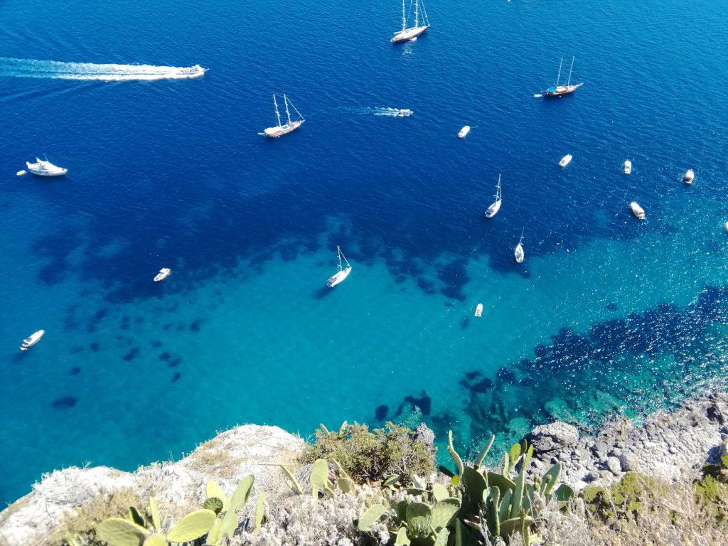Nuanțele mării din jurul insulei Capri trebuie să fi arătat la fel și pe vremea Imperiului Roman. Foto: Irina Tomșa.