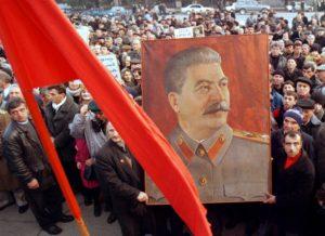 """""""Stalin e stindardul nostru"""" - afiș din 1948 a cărui valoare propagandistică este și astăzi folosită de Stalin Society of North America. Sursa: Stalinsociety.org."""