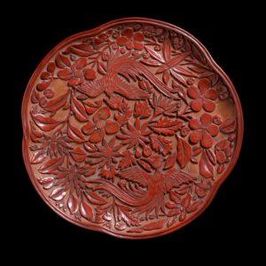 Tavă lăcuită și sculptată din timpul dinastiei Song, China, sec. al XIII-lea. Sursa foto: Wikipedia