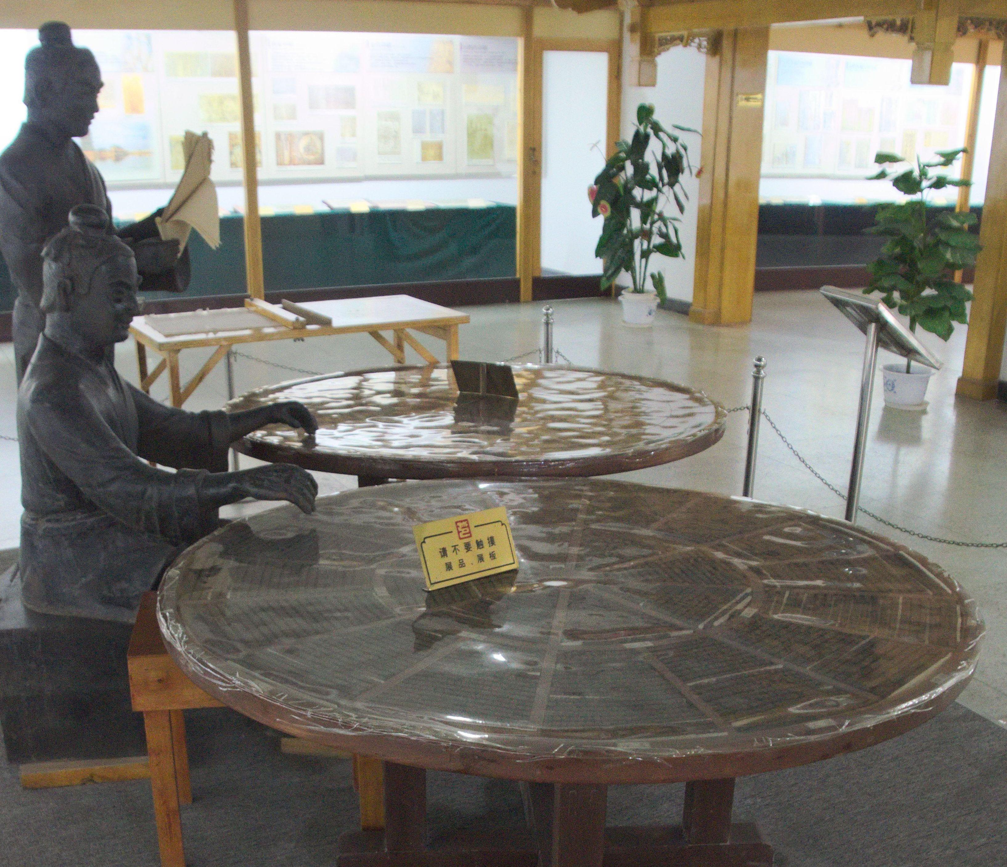 Reconstituire a tiparului cu caractere mobile creat de Bi Sheng – Muzeul din Beijing