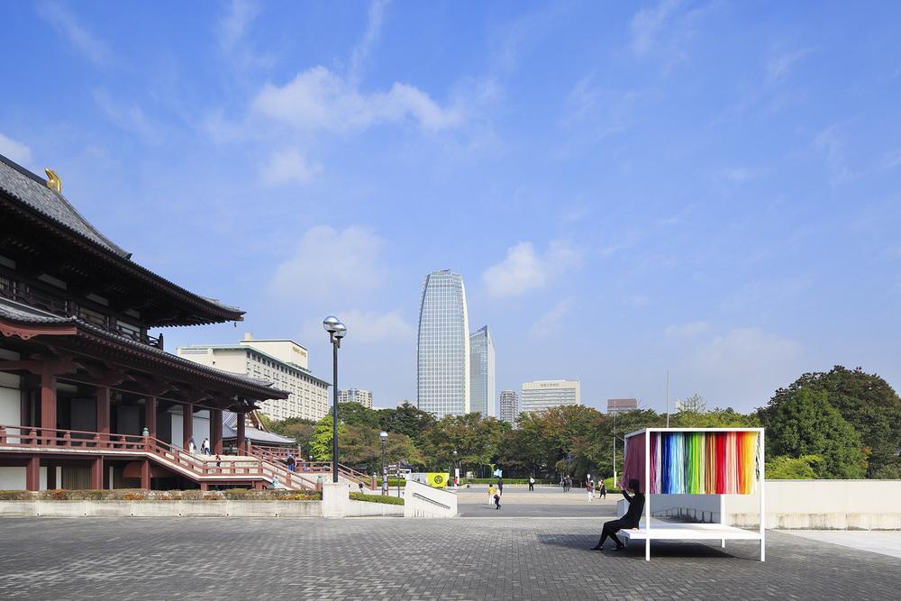 """100 colors #9 - """"100 de culori pe 3,3 mp"""", Zojoji Temple, Tokio, 2015. Sursa foto: emmanuellemoureaux.com."""