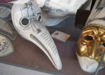 Medico della peste - mască venețiană de carnaval în vitrina magazinului Ca' del Sol. Sursa foto: Flickr.com.